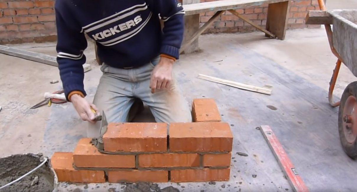 Нанесение раствора на противоположный торец стенового кирпича