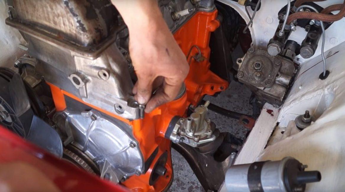 Если приложить болт к двигателю, видно, что его срыв произошел точно надо блоком цилиндров, то есть остатки резьбы есть и в блоке и в головке