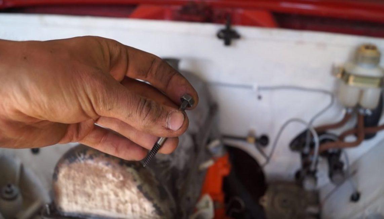 В крайнем случае, можно к торцу экстрактора приварить гайку соответствующего размера, чтобы выкручивание болта сделать при помощи обычного ключа