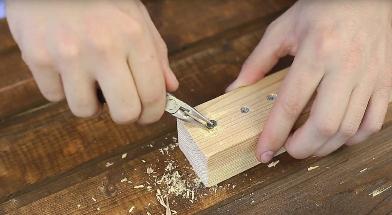 Затем производят выкручивание шурупа любым удобным способом, например, плоскогубцами