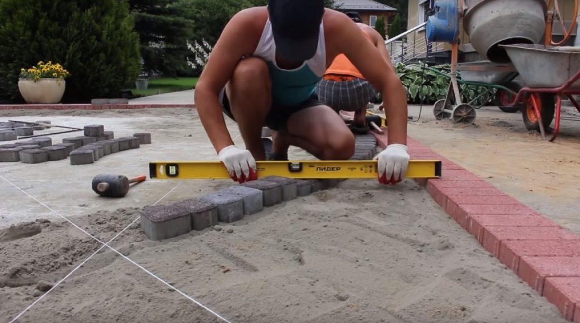 Затем производится окончательная проверка ровности укладки при помощи строительного уровня