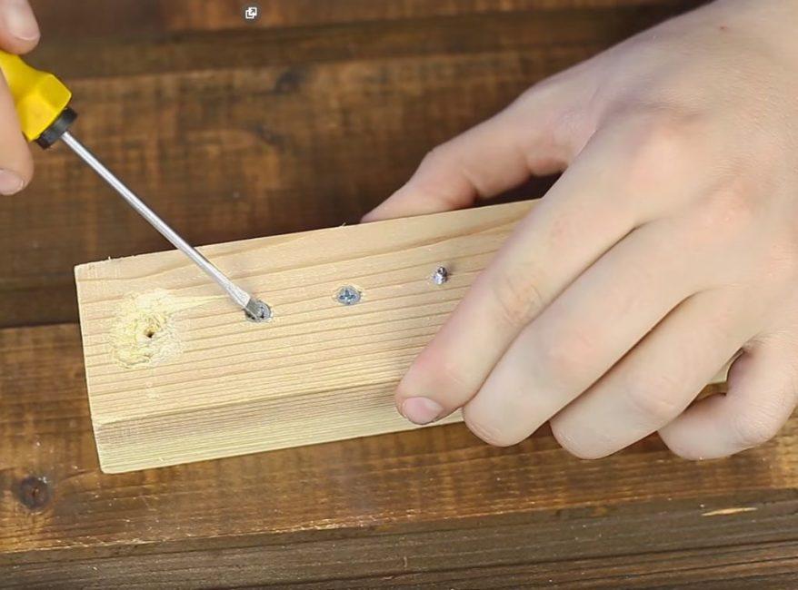 Выкрутить такой шуруп обычной отвёрткой очень сложно, или вообще невозможно