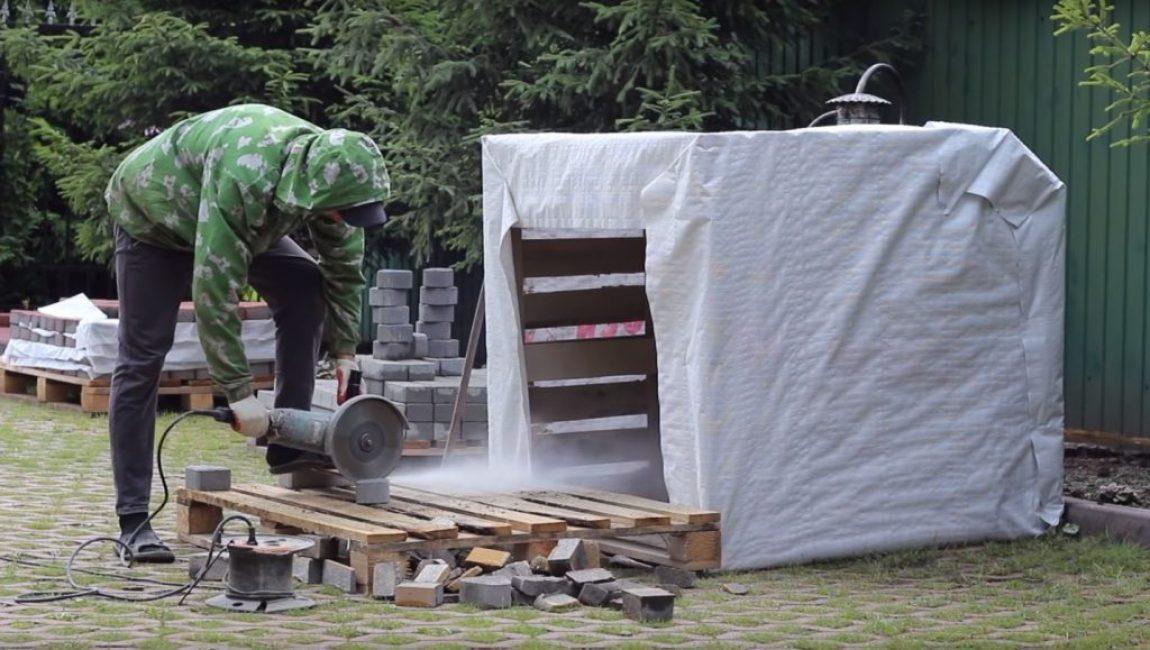 Резка плитки осуществляется при помощи болгарки с кругами для работы по бетону