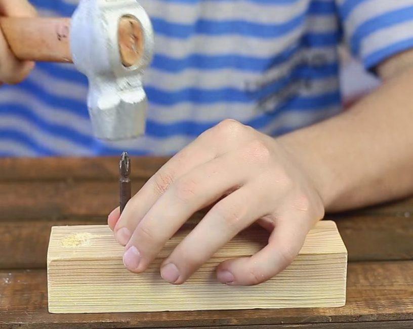 Один конец биты вставляется в испорченный шлиц, по другому делается несколько ударов молотком