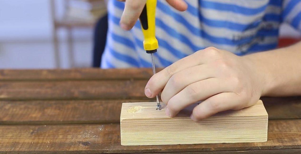 После того, как шлиц будет «обновлён», шуруп без проблем выкручивается обычной крестообразной отвёрткой