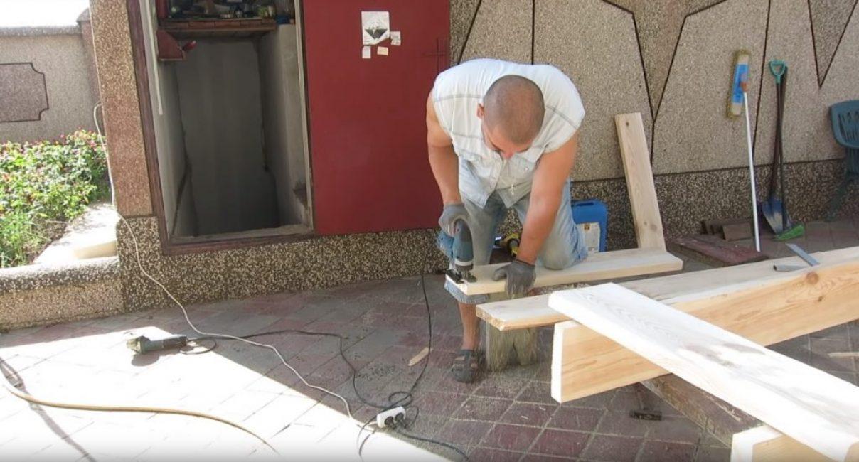 Учитывая толщину досок, из которых будет делаться стеллаж, лучше всего выполнить их распил при помощи электролобзика