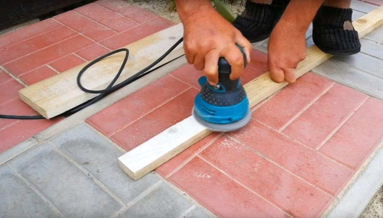Шлифовка элементов конструкции полки для обуви при помощи шлифовальной машинки
