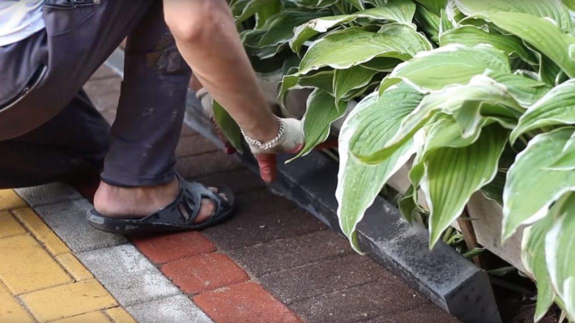 После того, как будет уложен щебень с раствором, необходимо установить бордюр