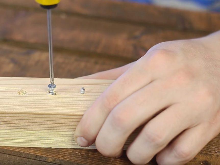 После этого шуруп легко выкручивается при помощи обычной отвёртки