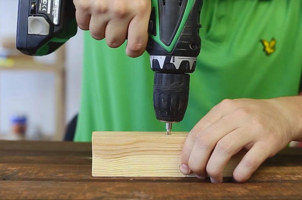Достаточно просто использовать вставку-экстрактор с шуруповёртом, чтобы выкрутить проблемный шуруп