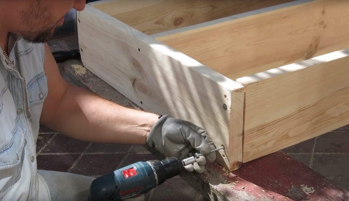 Прикручивание верхней перекладины к вертикальным стойкам осуществляется саморезами большого диаметра