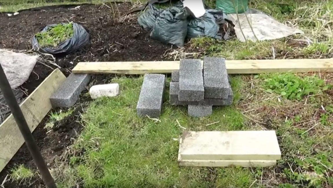 Для этой цели могут подойти какие-нибудь кирпичи или бетонные блоки