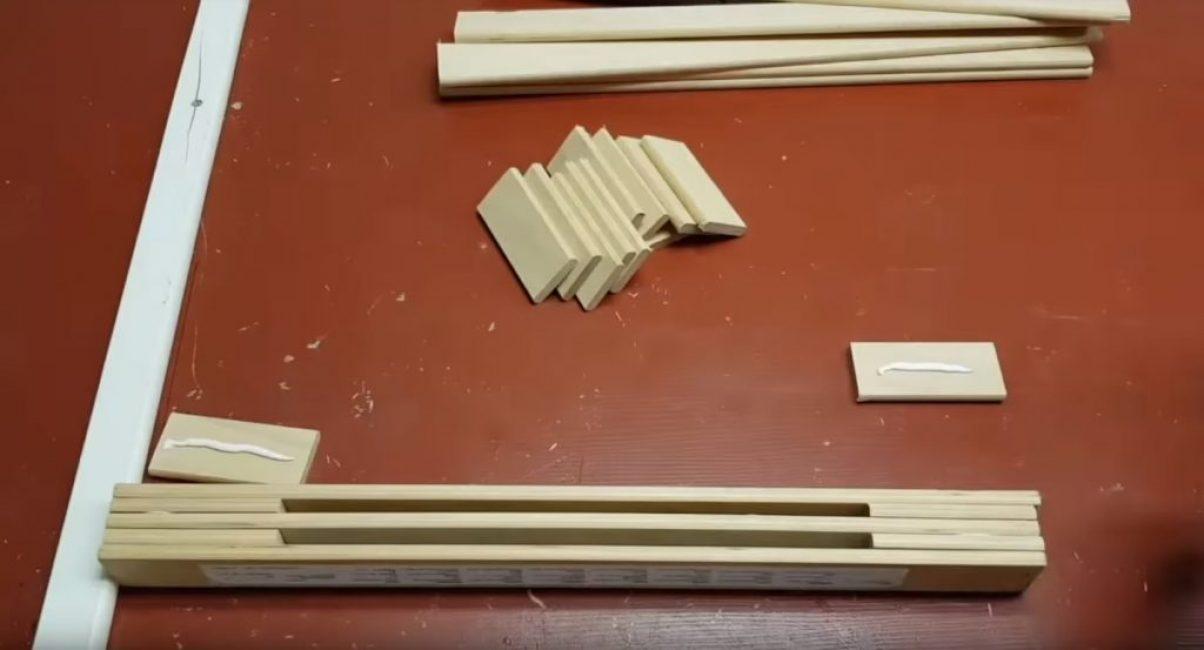 Поочерёдно к конструкции добавляются новые слои коротких и длинных досок