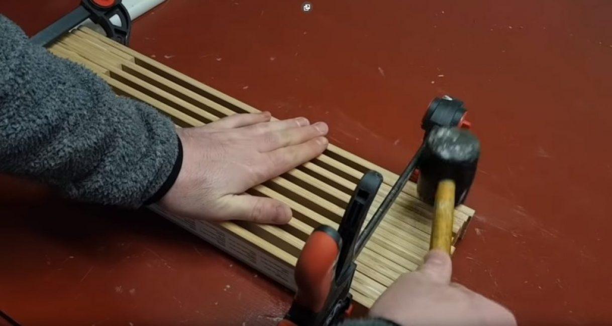 Выравнивание досок, из которых набрана подставка при помощи киянки