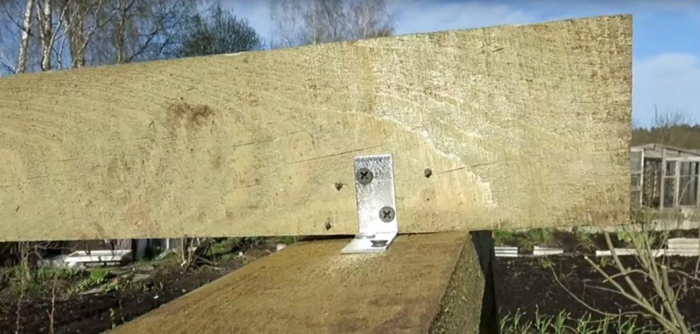 Крепление конька к аркам осуществляется при помощи металлических уголков