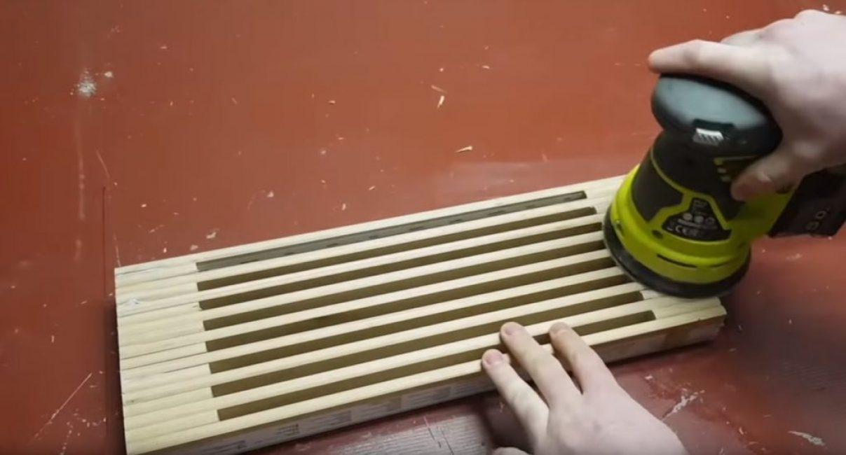 Использование шлифмашинки на аккумуляторе для окончательного выравнивания поверхности подставки