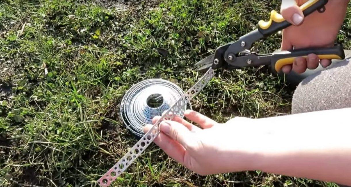 Нарезка ленты на части производится при помощи обычного резака по металлу