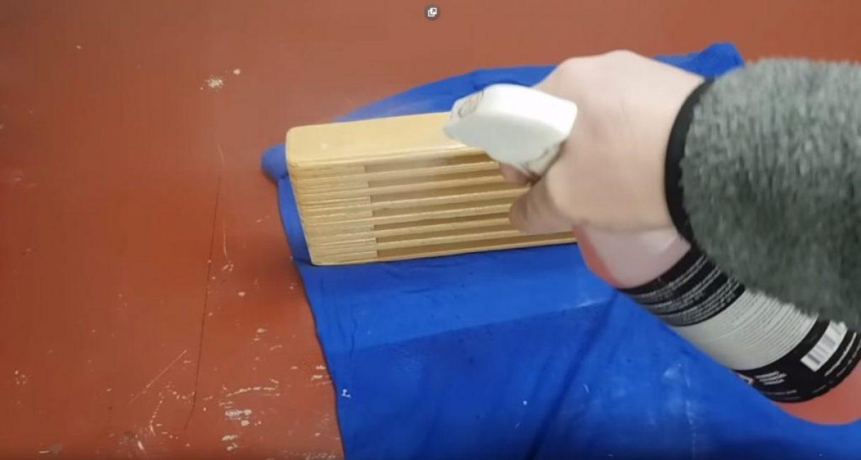 Нанесение на подставку краски при помощи пульверизатора