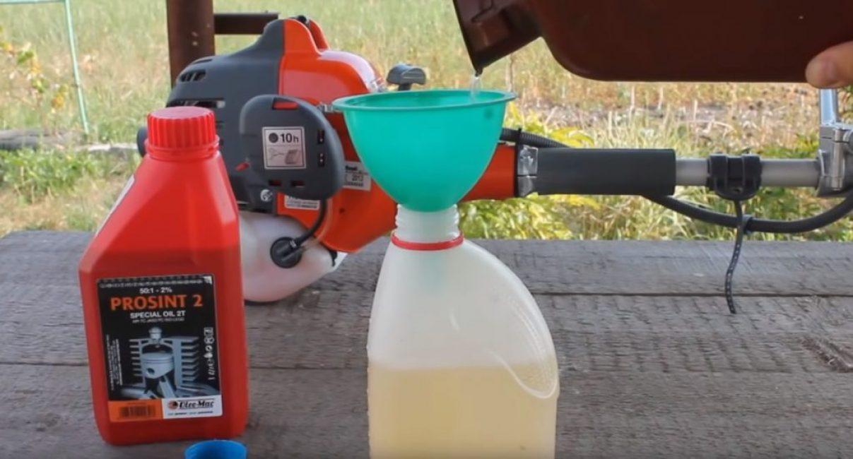 Заливка бензина производится при помощи лейки