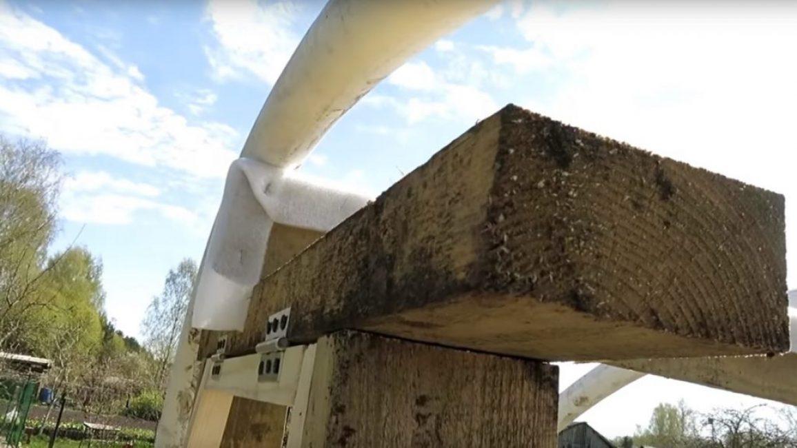 Обработка задней стенки теплицы при помощи подложки для ламината