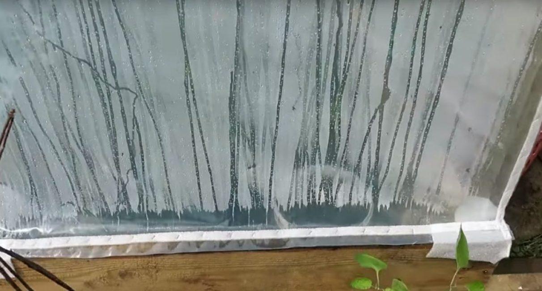 Нижние крепления полиэтилена можно прибить к основанию при помощи подложки, но лучше впоследствии заменить их деревянными рейками