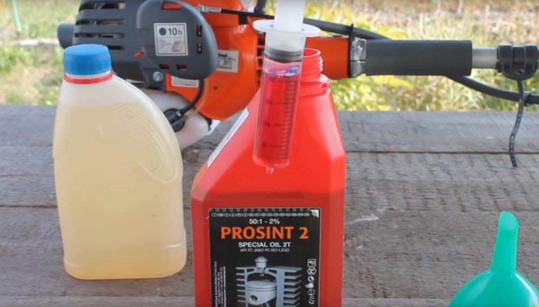 Масло имеет красный цвет; это необходимо, чтобы не перепутать топливную смесь с обычным бензином