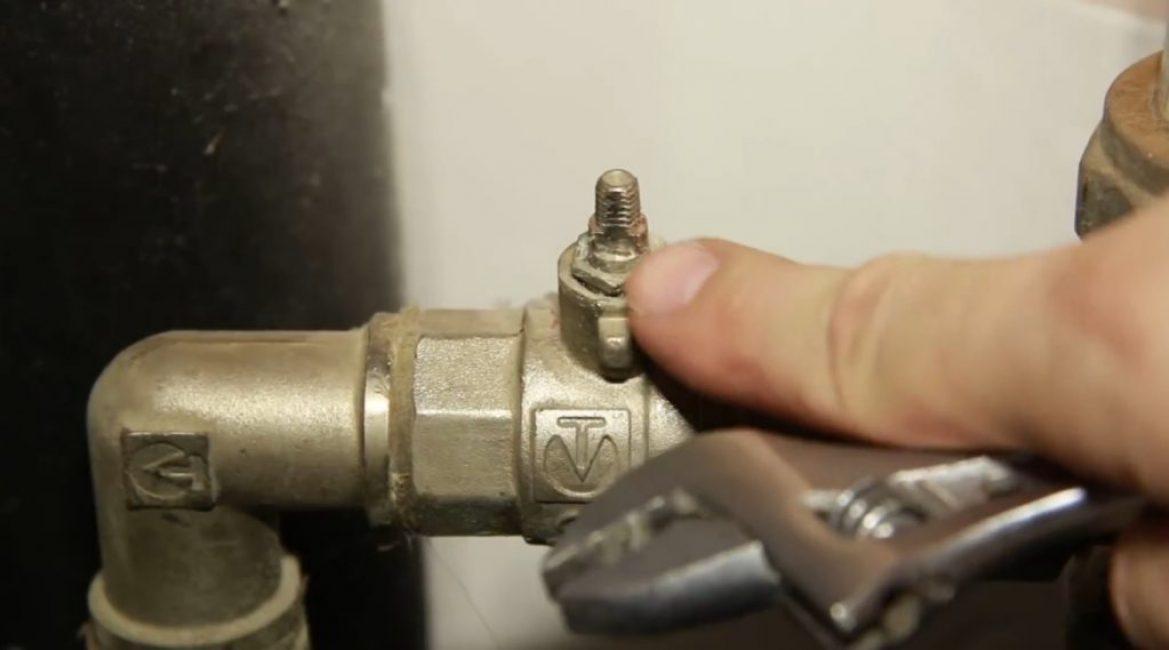 При помощи любого подходящего ключа нужно взяться за выступающий над прижимной гайкой шток