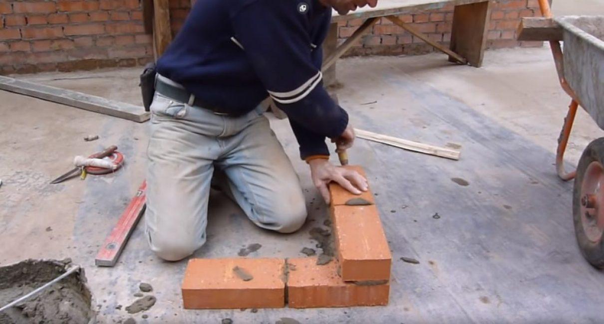 Удары мастерком по торцу стенового кирпича смещают угловой кирпич