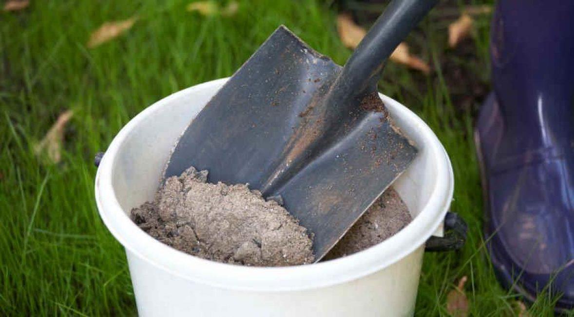 Полученную из обрезков древесную золу можно использовать, как удобрение
