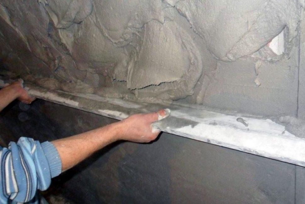 Толстый слой, — набрасывает на стену раствор, а потом убираем лишнее