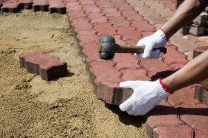 Укладка тротуарной плитки своими руками: простая пошаговая инструкция | (Фото & Видео)