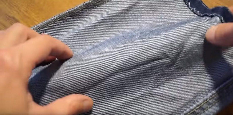 Для этого брусок помещают в джинсовую ткань