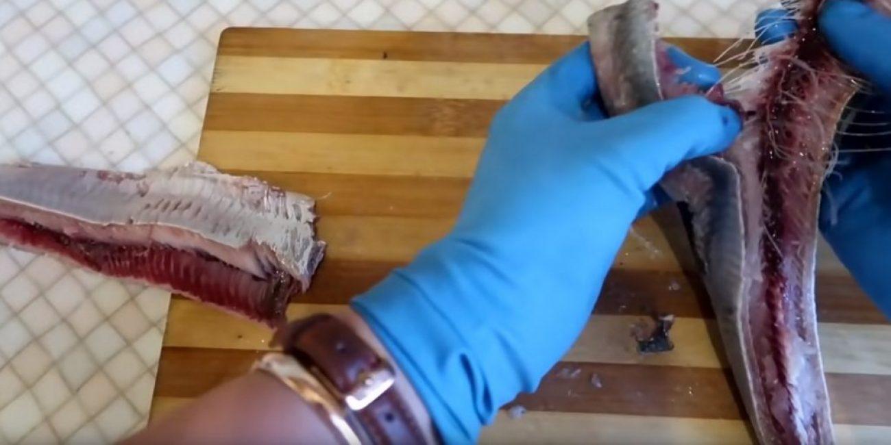 Сначала производится отделение от хребта одной половинки тушки
