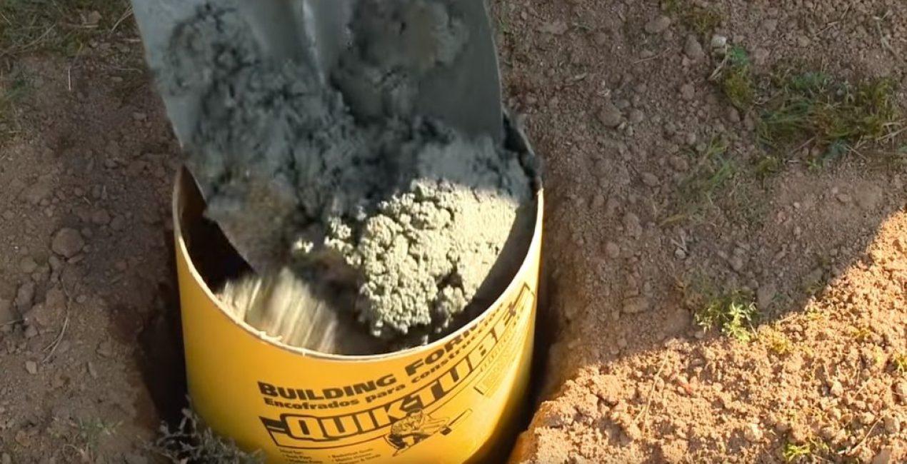 При помощи лопаты бетоном наполняют опалубку