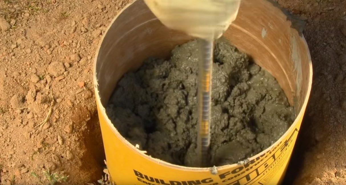 По мере наполнения опалубки бетон периодически утрамбовывают при помощи отрезка арматуры