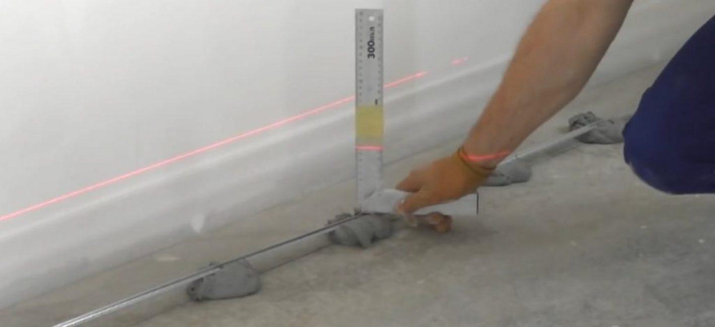На угольник можно намотать стотч, сделать контрольную отметку уровня - значительно облегчает работу
