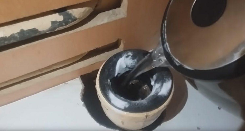 Затем в трубу вливают кипяток