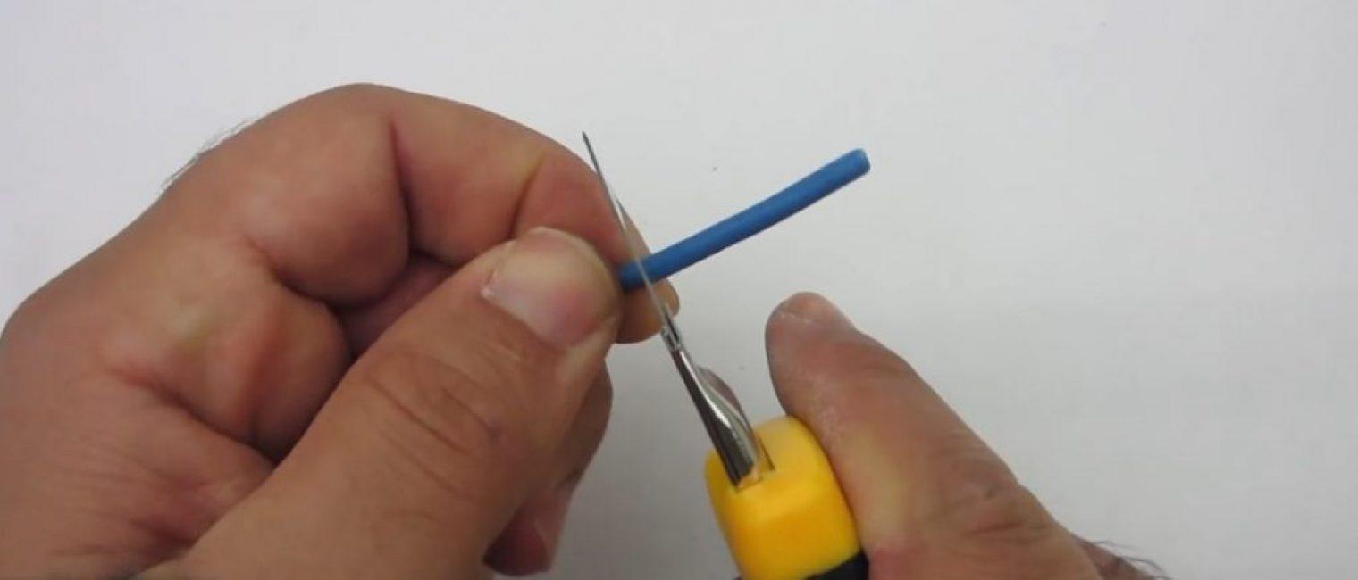 Надрезаем оболочку провода