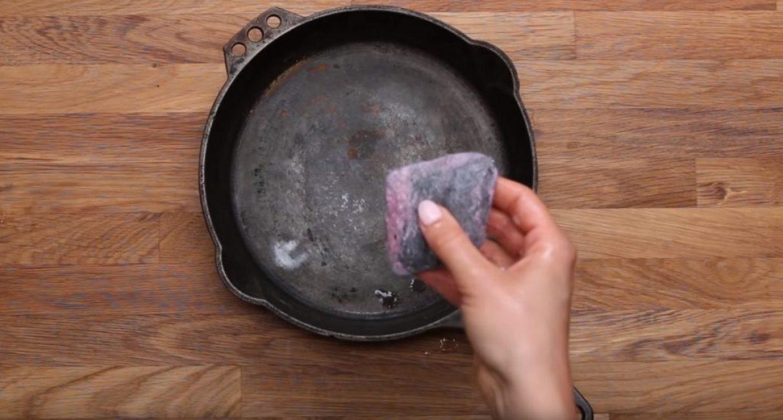 Для грубой чистки поверхности потребуется металлическая мочалка и любое средство для мытья посуды