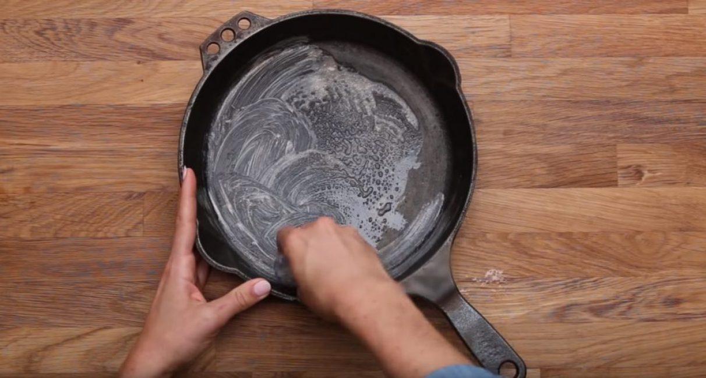 Средство для мытья посуды наносится равномерно на поверхность сковороды.