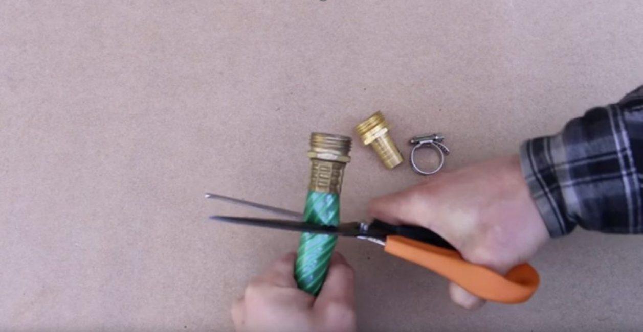 Срезают повреждённый штуцер с небольшой частью шланга