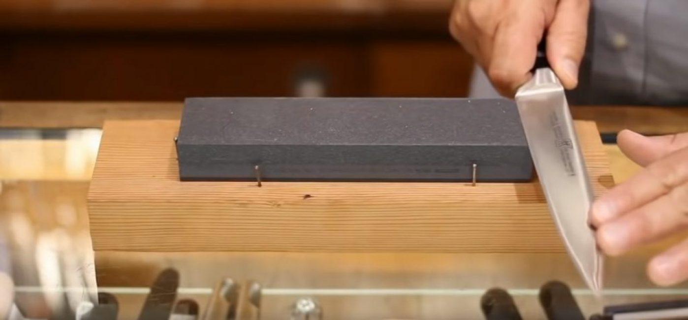 Вначале нож располагается так, чтобы камень находился ближе к рукоятке