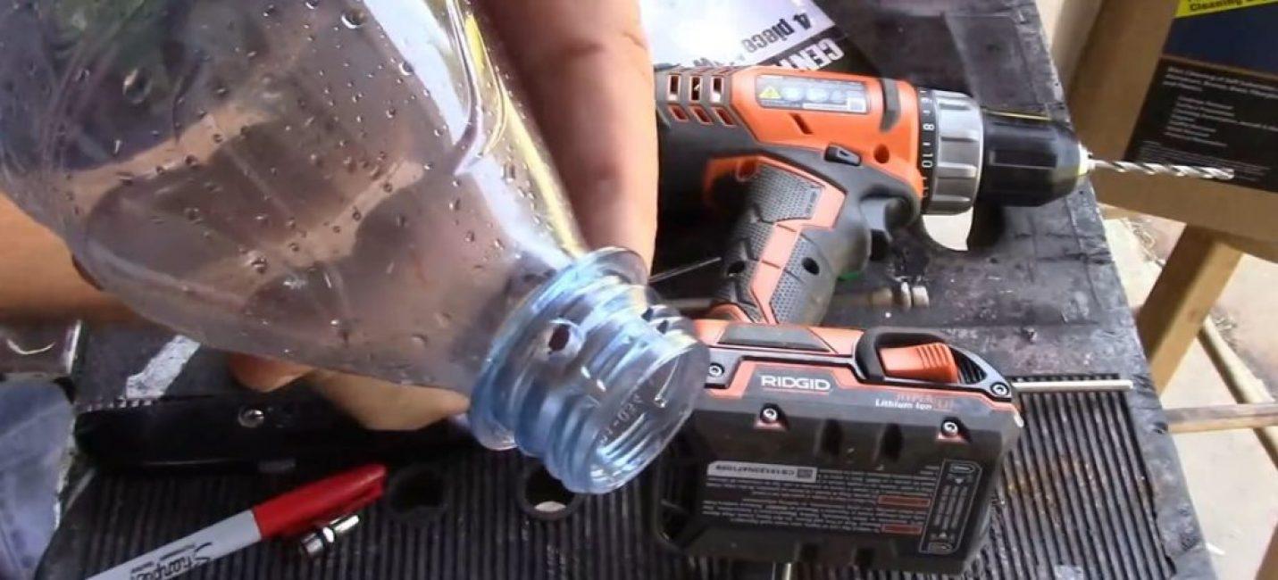 Отверстия с обеих сторон горлышка бутылки