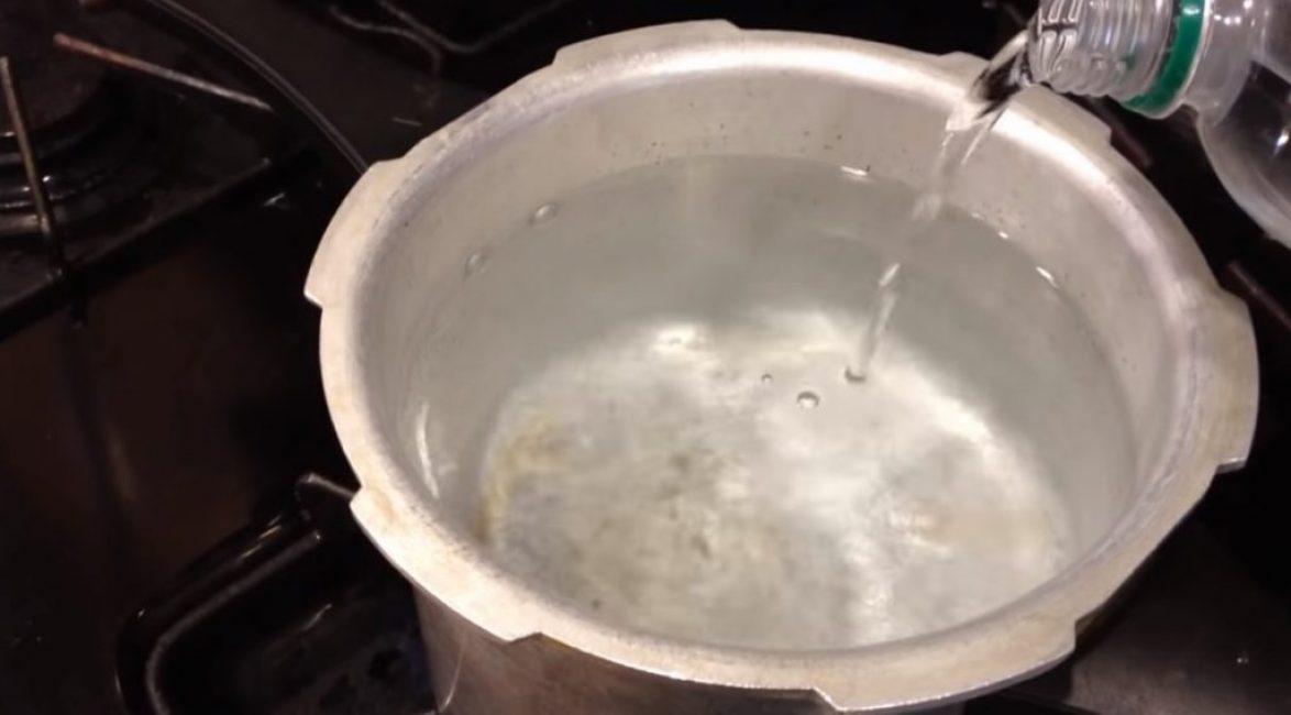 В закипающую воду добавляют 50 мл уксуса