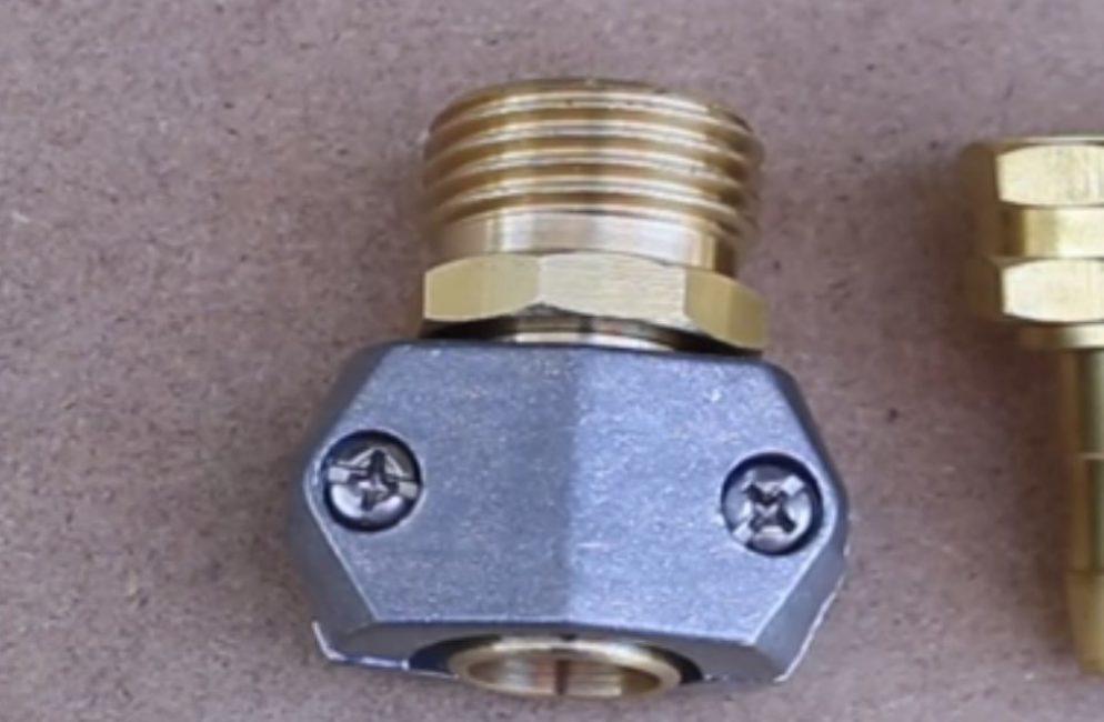 Чтобы избежать травм при эксплуатации шланга, можно воспользоваться специальным штуцером с клипсой