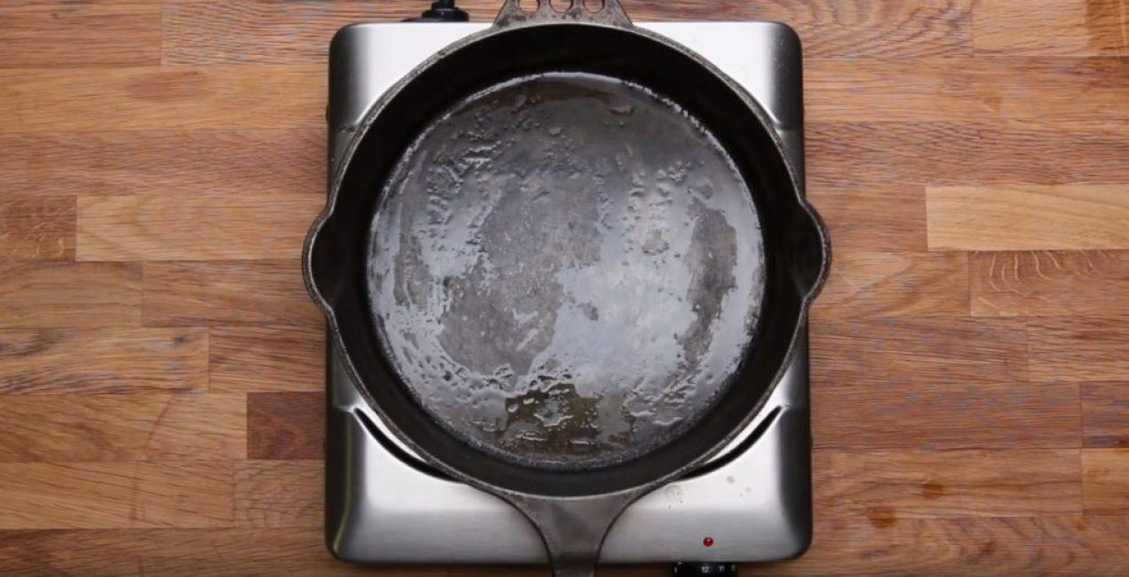 Нагрев для испарения влаги можно осуществить, поставить сковороду на любой источник тепла, например, электрическую плиту