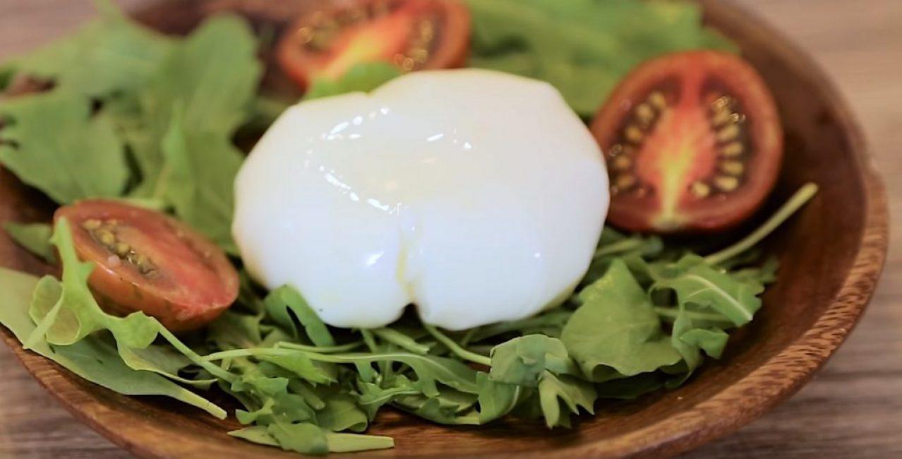 Яйцо вынимают из плёнки и подают к столу