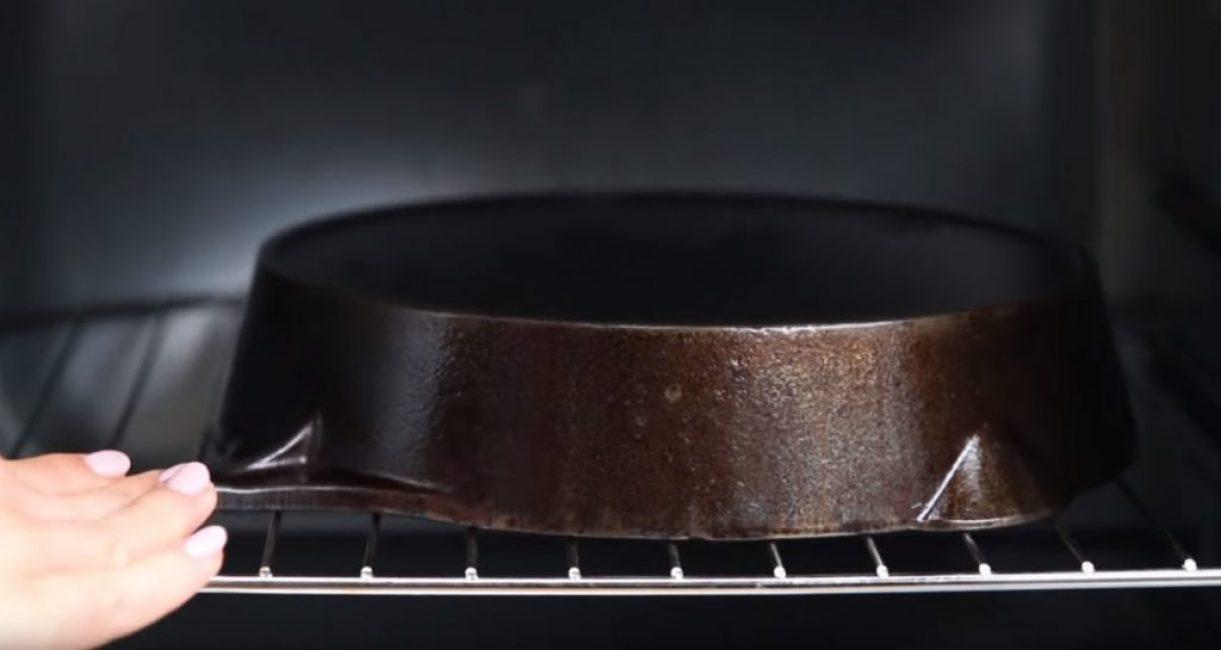 Помещение сковороды в духовку