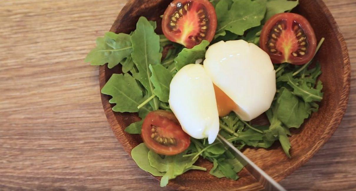 Перед употреблением яйцо нужно разрезать
