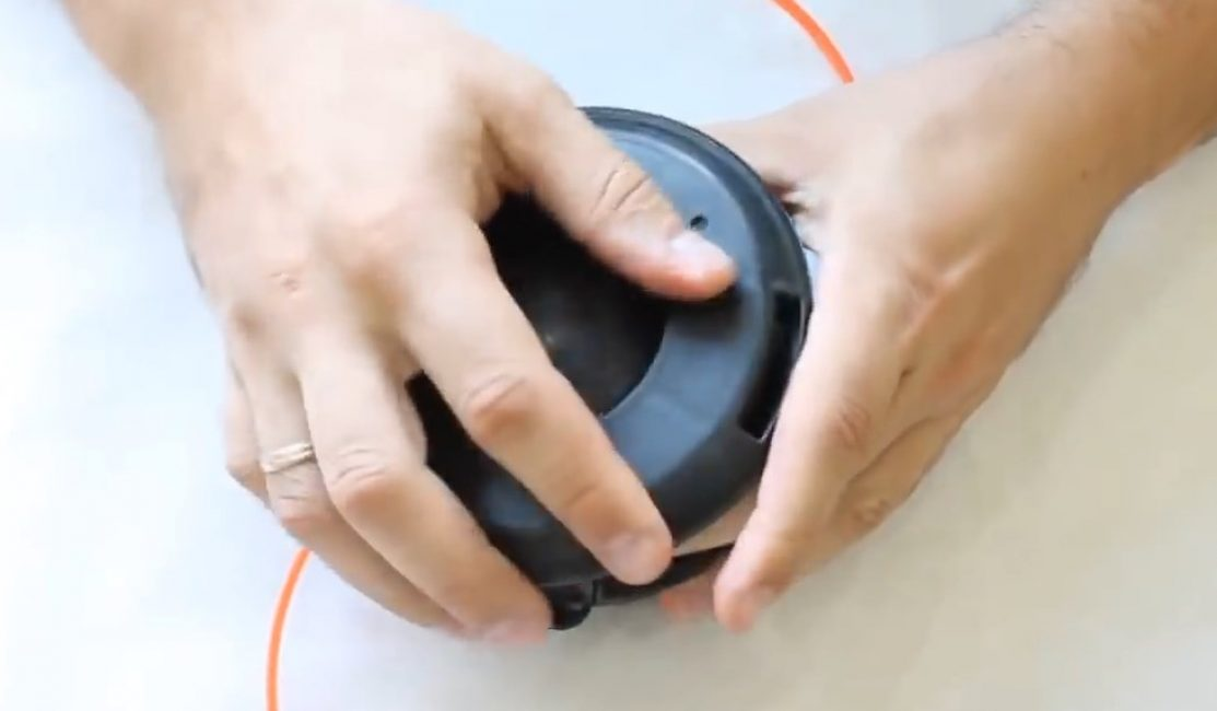 Катушку с кнопкой защелкивают в корпусе шпули триммера